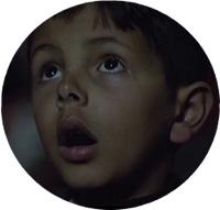 enfant-regarde-ecran-rond2